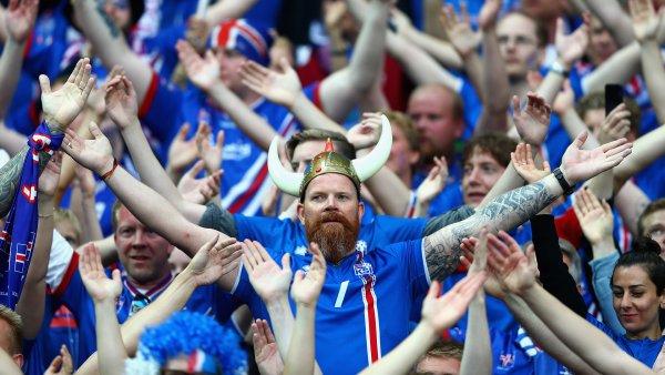 Исландские болельщики устроили перформанс с кличем викингов в центре Москвы