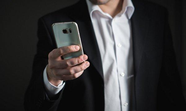 На Урале судебные приставы изъяли смартфон у чиновника за долги