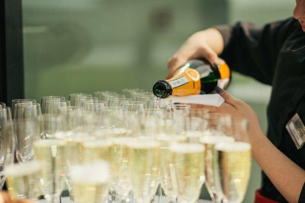 Золотые билеты и шампанское: как болеют фанаты футбола VIP-статуса
