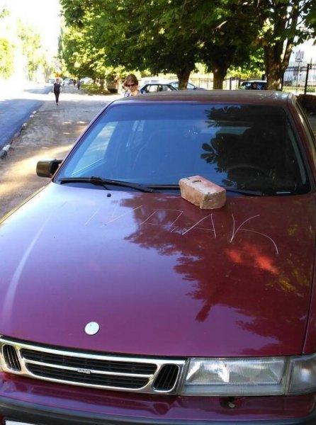 В Саратове изуродовали припаркованный на тротуаре автомобиль