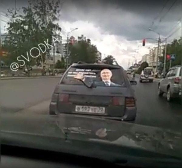 В Иркутске Путин на заднем стекле машины помахал пенсии рукой