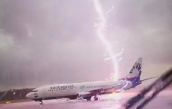В Цюрихе молния ударила в пассажирский самолет во время разгона по трассе