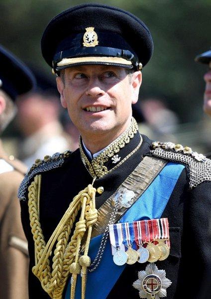 На военном мероприятии в Дорсете Граф Уэссекский изнемогал от 30-градусной жары в униформе