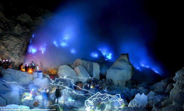 Гори оно синим пламенем:  Туристы любуются извержением голубого вулкана в Индонезии