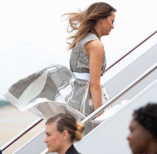 Снова опозорилась: Мелания Трамп с задранной юбкой появилась в Теннесси