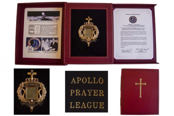 Побывавшую на Луне миниатюрную Библию выставили на аукцион