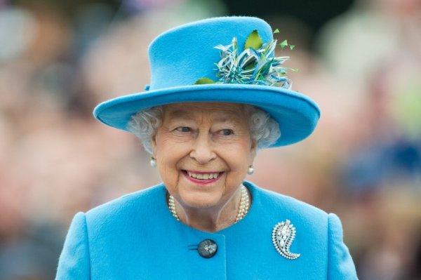 Цвет настроения голубой: Королева Елизавета II насмешила поклонников ярким нарядом
