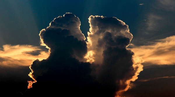 Романтика в небе: Два целующихся во время заката облака умилили китайцев