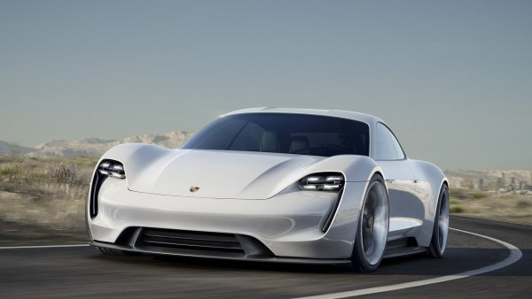 Porsche раскрыла характеристики первого серийного электрокара