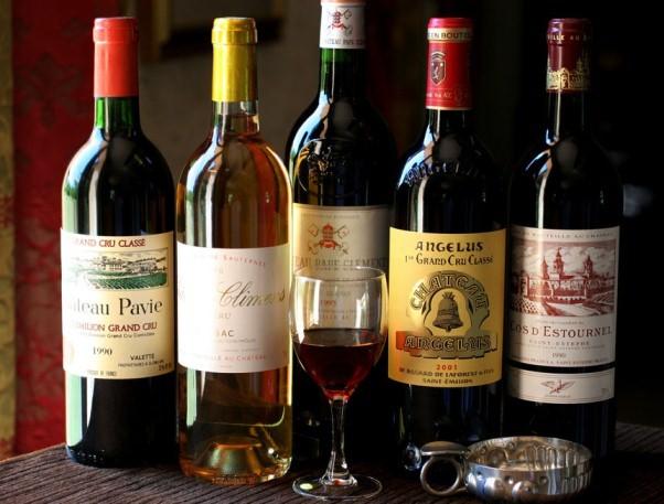 Большой ассортимент элитного вина и другого алкоголя