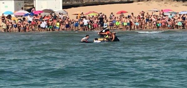 В Испании гигантского ската пришлось отбуксировать с пляжа