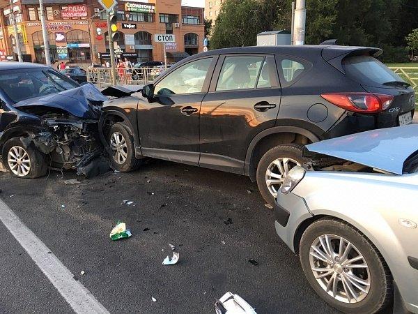 В Липецке произошло ужасное массовое ДТП с шестью автомобилями