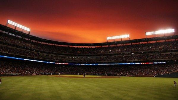 В США во время бейсбольного матча над стадионом пронеслись два ангела