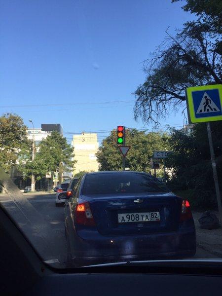 В Крыму светофор вышел из строя и «стал женщиной»