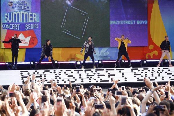 В США перед выступлением Backstreet Boys рухнула входная арка