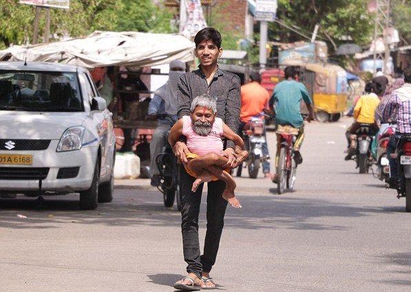 Живой бог?: Тело индийского священника изуродовала неизвестная болезнь