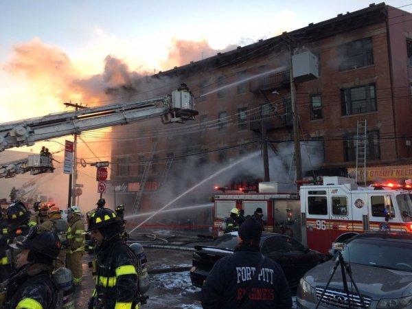 В Нью-Йорке при пожаре на парковке пострадали 17 спасателей