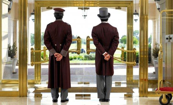 Владелец отеля предложил лесбийской паре снять клетку для животных вместо номера