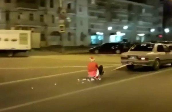 «Новый Год в сентябре?»: По Воронежу проехали сани Деда Мороза, запряженные в автомобиль