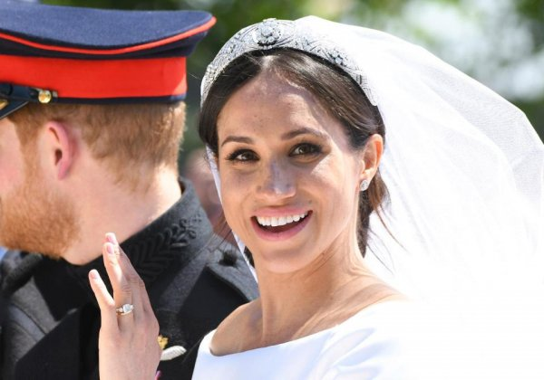 Букингемский дворец продает дешевую копию обручального кольца Меган Маркл