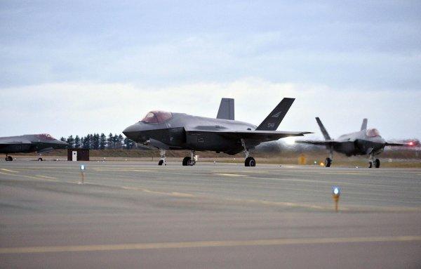 Пентагон временно прекратил полеты истребителей F-35