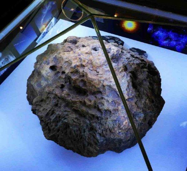 В Японии осколки метеорита пробили крышу в частном доме