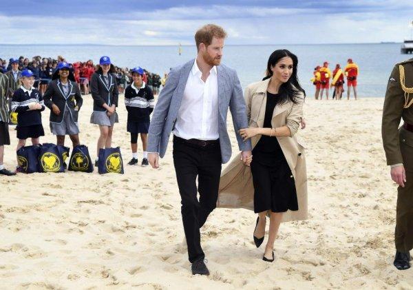 «Совсем сдурела!»: Беременная Меган Маркл в туфлях прогулялась по пляжу – фанаты