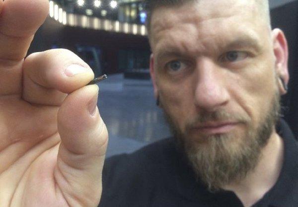 Тысячи шведов имплантировали в руку микрочипы