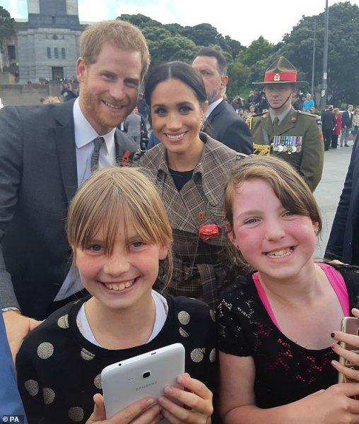 Подростки простояли в очереди 9 часов ради селфи с принцем Гарри и Меган Маркл - СМИ