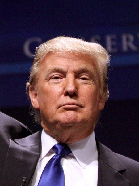 В Сети высмеяли Дональда Трампа за неумение пользоватся зонтом