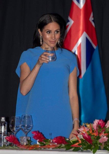 Беременной Меган Маркл запретили говорить с Королевой во время ужина – СМИ