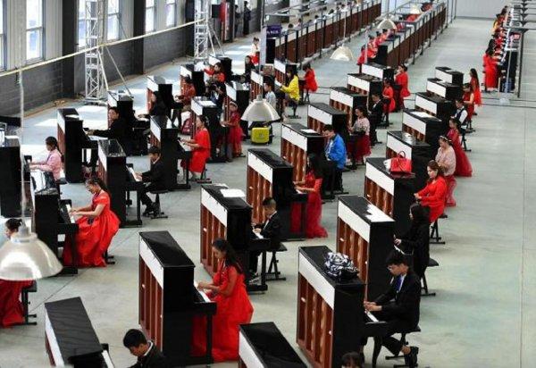 Китайские пианисты сыграли одновременно на 666 фортепиано и попали в «Книгу рекордов Гиннеса»