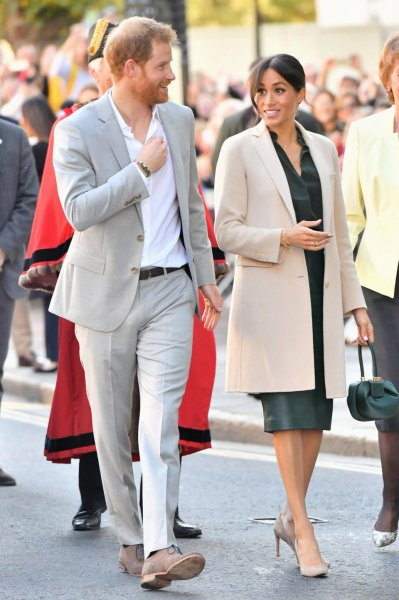 «Беременная» Меган Маркл в новом образе очаровала фанатов во время визита в Сассекс
