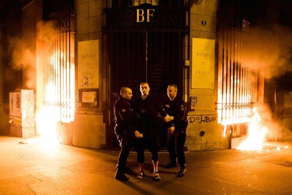 «Вставай страна огромная»: Русский народ одобряет происходящее во Франции