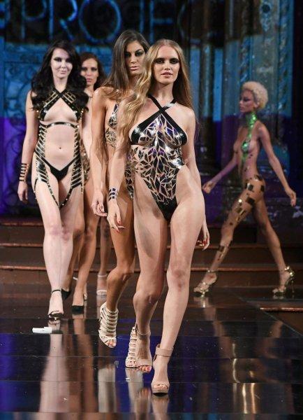 В Нью-Йорке продемонстрировали «голые» купальники из изоленты