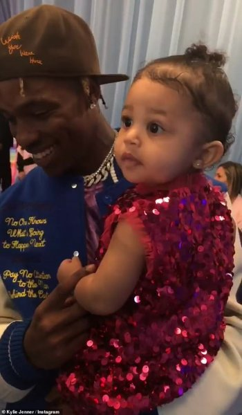 Кайли Дженнер «тестирует» косметику на малолетней дочери - соцсеть